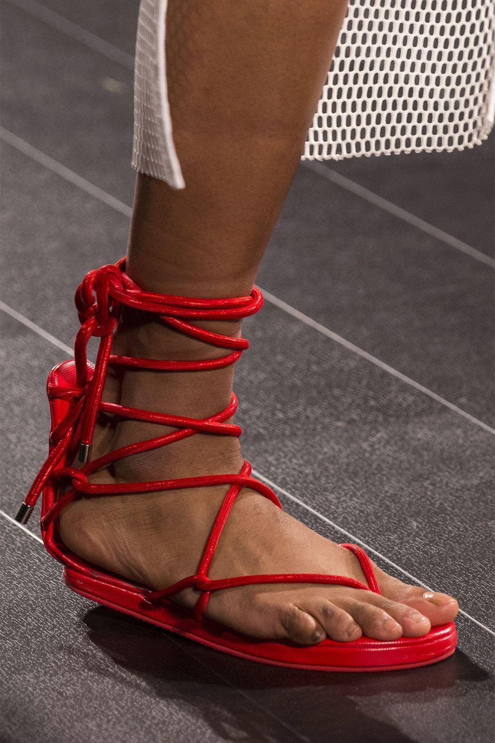 Красные сандалии с переплетениями для лета 2018