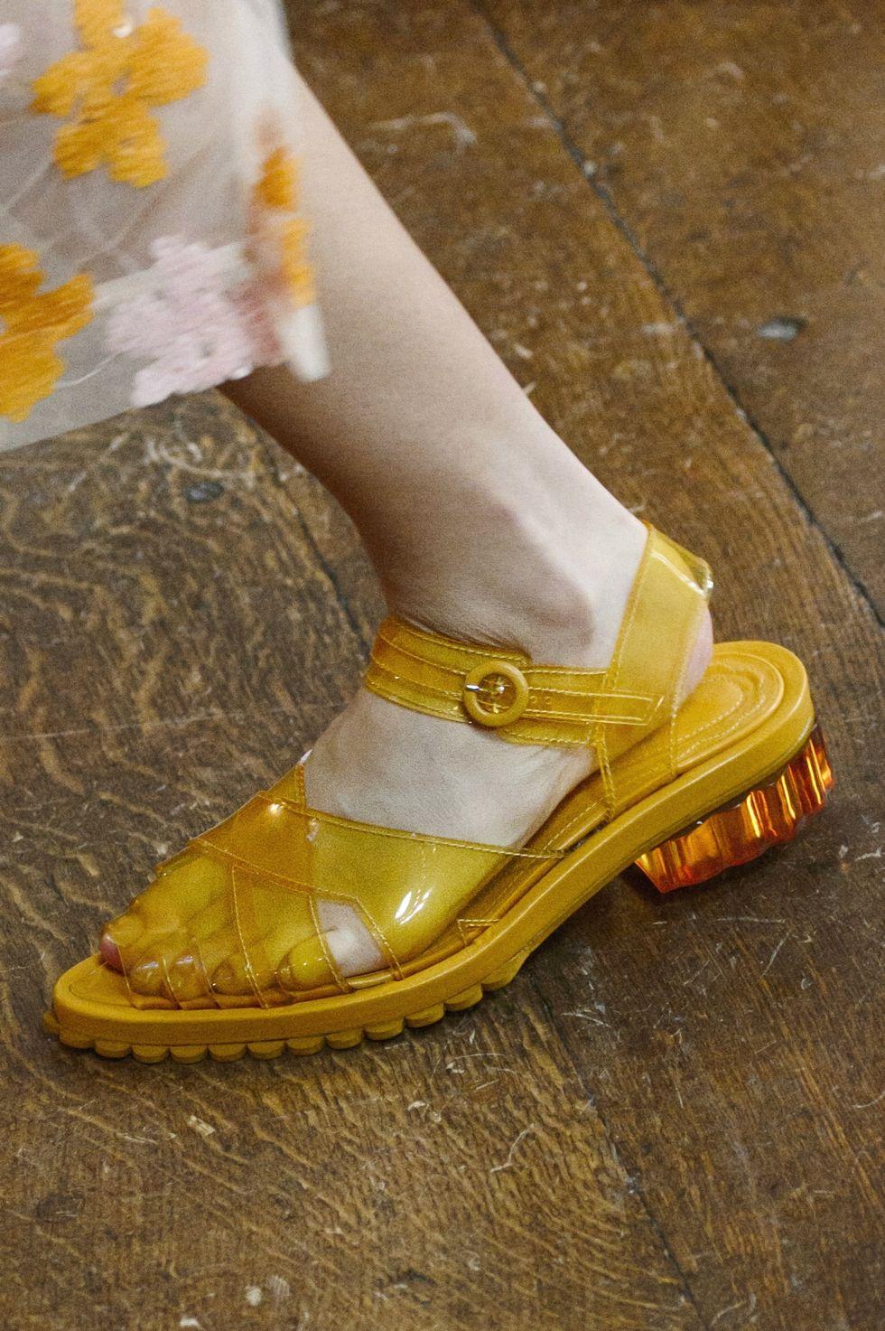 Желтые пластиковые сандалии из коллекции весна-лето 2018 Simone Rocha
