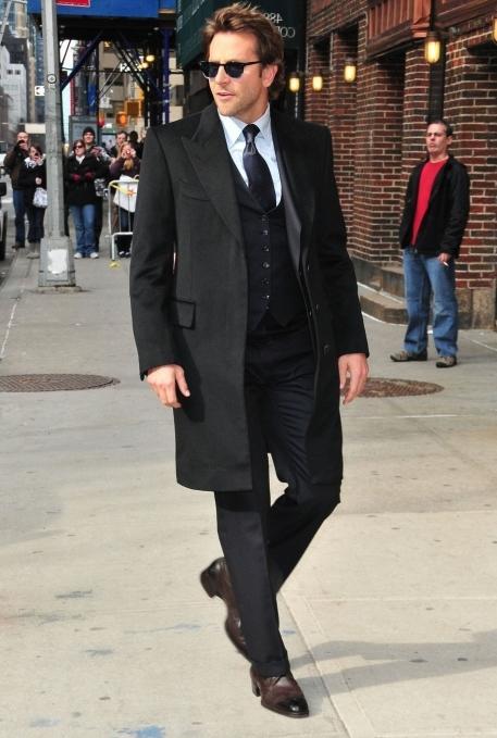 бредли купер в черном пальто