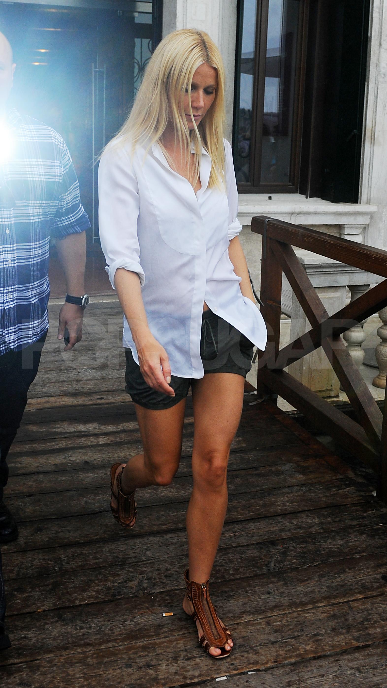 Гвинет Пэлтору в джинсах с манжетами и в сандалиях