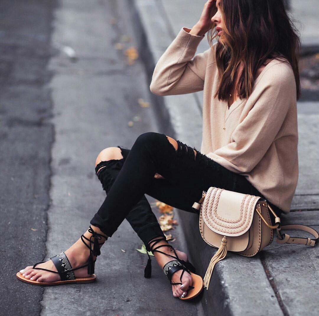 Рваные джинсы скинни и сандалии