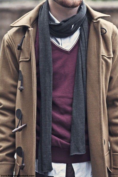мужчина в бежевом пальто и шарфом