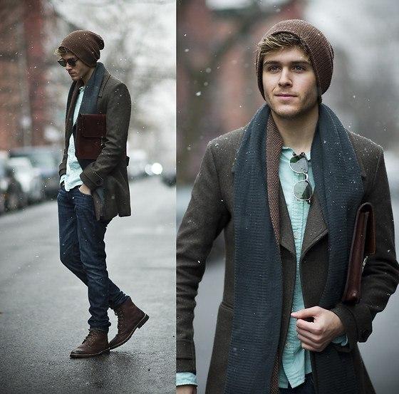 мужчина в болотном пальто, шапке и шарфе
