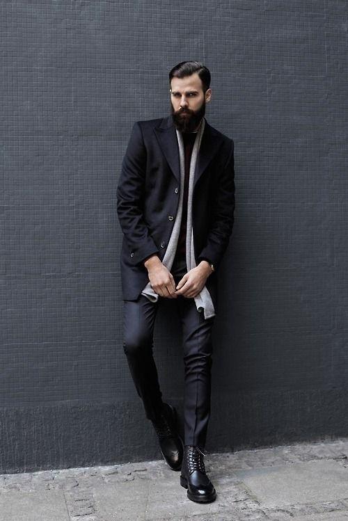 мужчина в черном пальто, берцах с бородой
