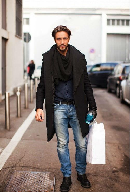 мужчина в черном пальто и с черным шарфом