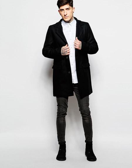 мужчина в черном пальто и зауженных брюках