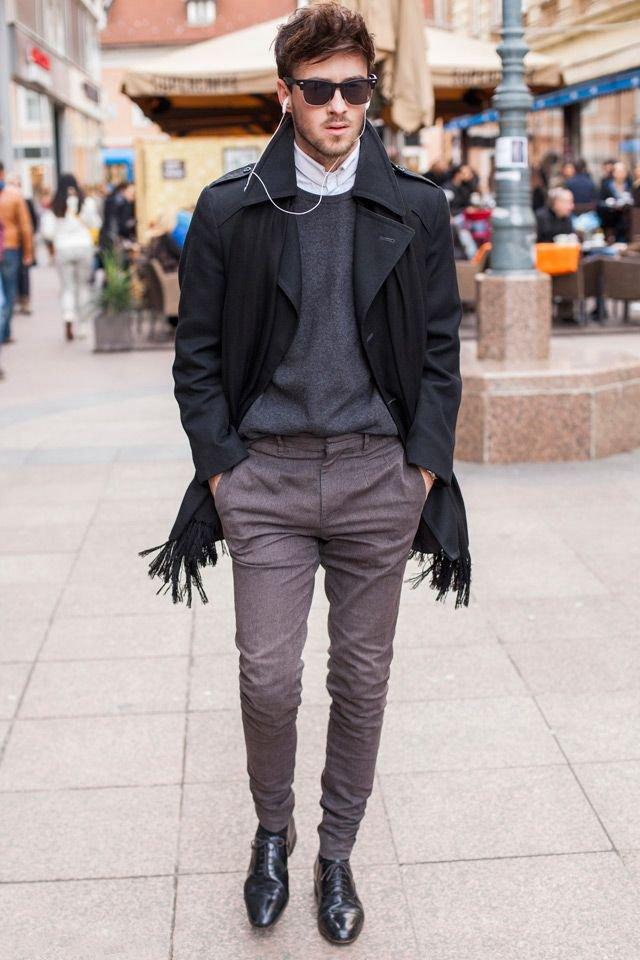 мужчина в черном пальто с черным шарфом
