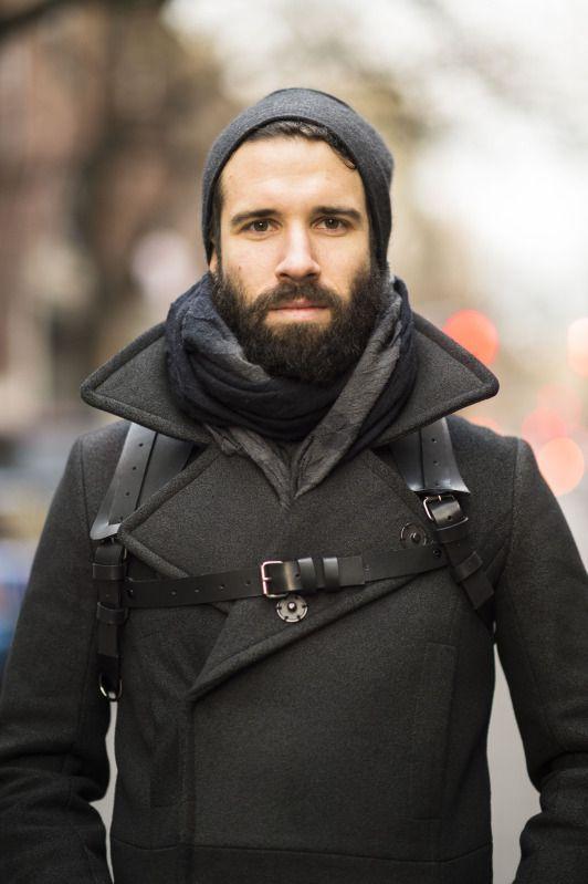 мужчина в черном пальто, шапке и шарфе