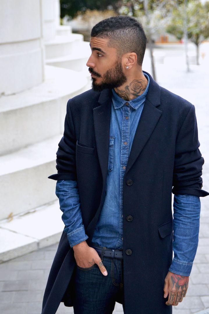 мужчина в синем пальто и джинсовой рубашке