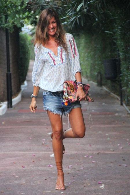 Сандалии в сочетании с джинсовыми шортами и блузкой в этническом стиле