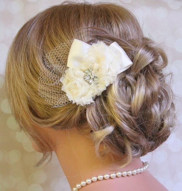 Заколка в цвете айвори для прически невесты