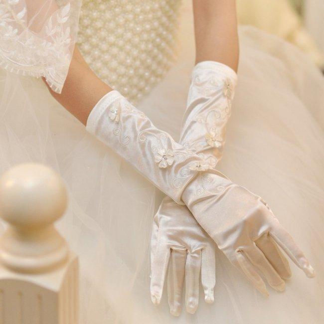 Перчатки в цвете айвори для невесты