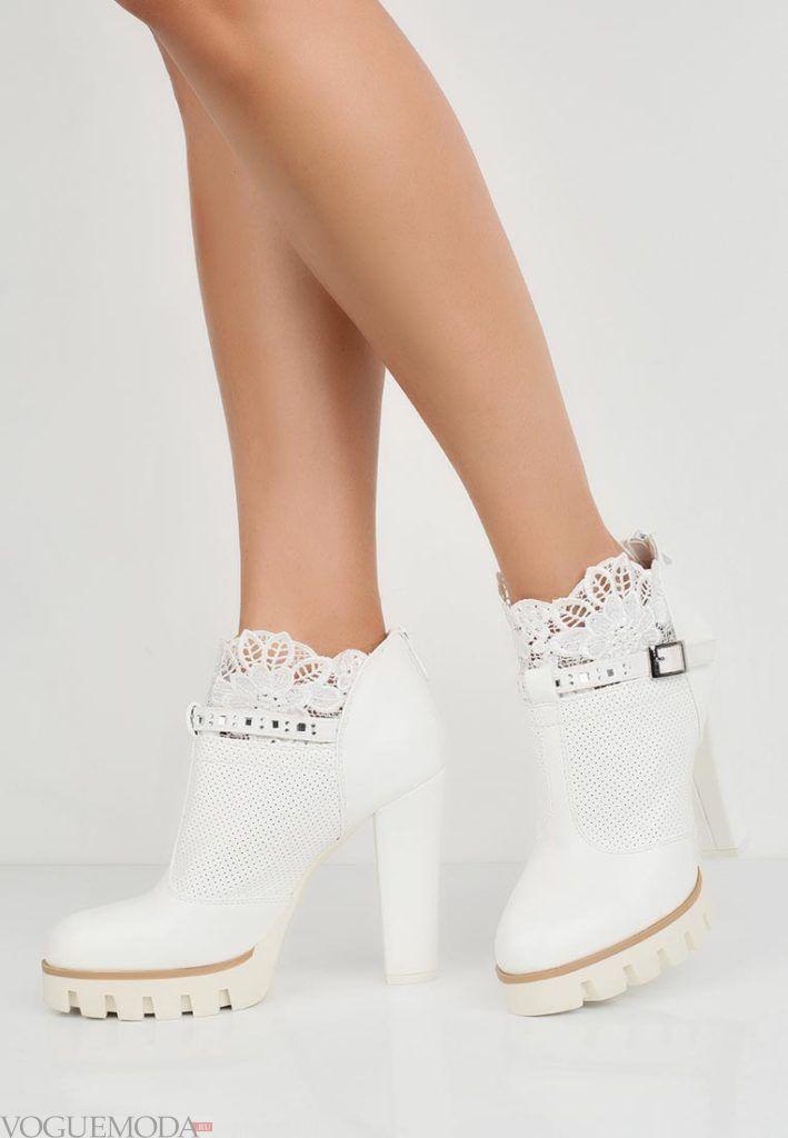 на толстом каблуке белые