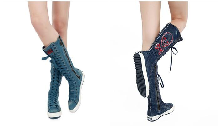 Высокие джинсовые кеды на ногах